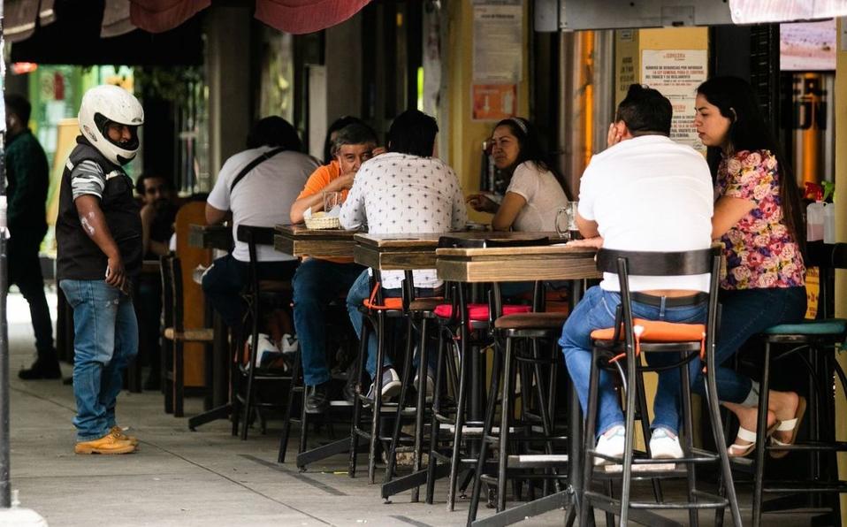 Jóvenes y comensales de restaurantes en la Roma, los que menos usan cubrebocas